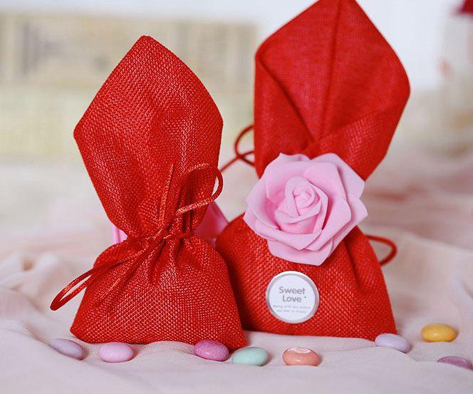 Piros ajándék zsák rózsával